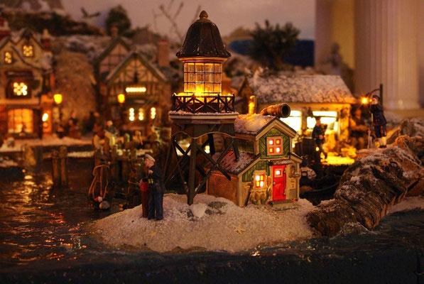 Village Noël/Christmas Village 2013, la nuit: Petit phare d'entrée de port