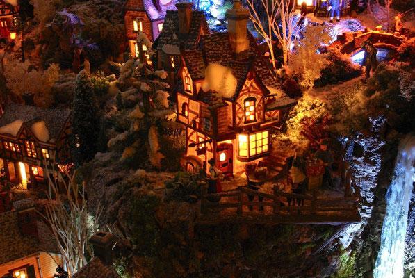 Village Noël/Christmas Village 2013, la nuit: L'auberge du haut de la falaise