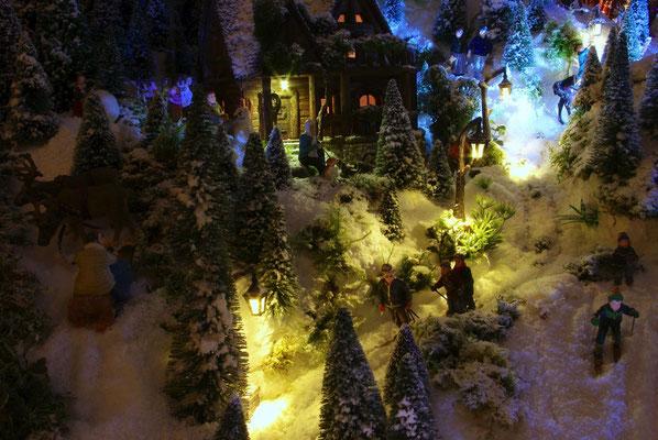 Village de Noël/Christmas Village 2014 de nuit: Glissage familiale dans les lumières
