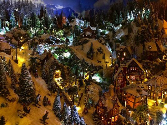 Village de Noël/Christmas Village 2014 de nuit: Milieu du village