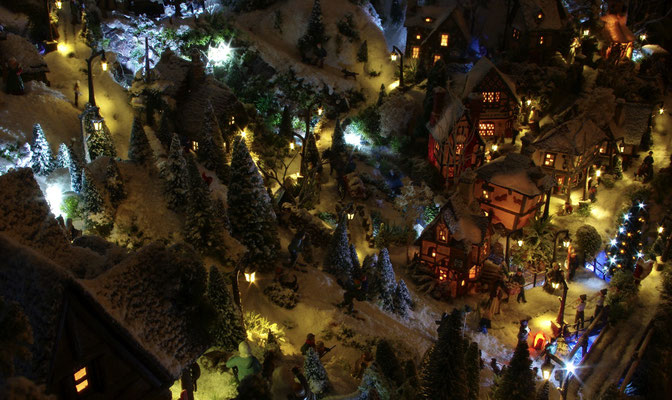 Village de Noël/Christmas Village 2014 de nuit: Vue plongeante sur le village illuminé
