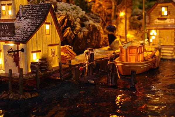 Village Noël/Christmas Village 2013, la nuit: Bateau à quai