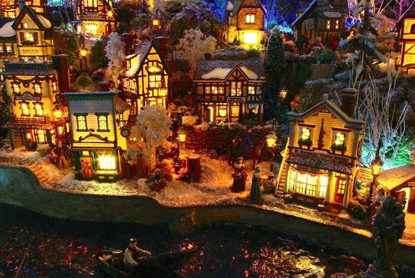 Village Noël/Christmas Village 2013, la nuit: Les quais le soir