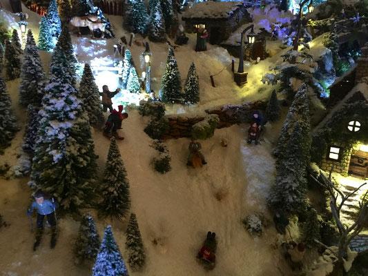 Village de Noël/Christmas Village 2014 de nuit: La luge aussi se termine