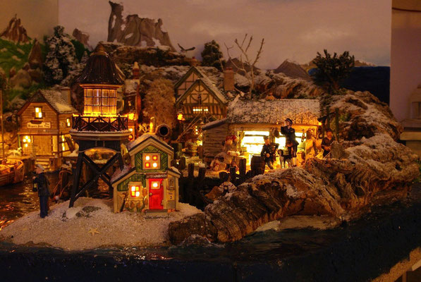 Village Noël/Christmas Village 2013, la nuit: Capitaine de port à la lorgnette