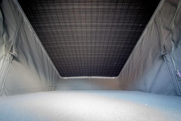 Bett im Aufstelldach mit einer Liegefläche von 200 x 125 cm