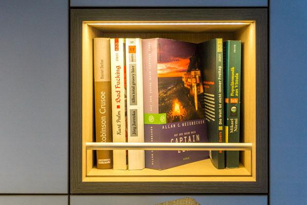 Beleuchtetes Bücherregal im WohnBUS Kleiderschrank