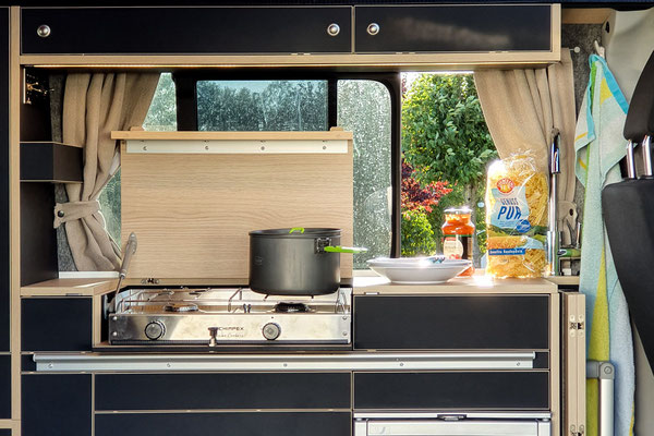 WohnBUS Küche mit Zweiflammenkocher