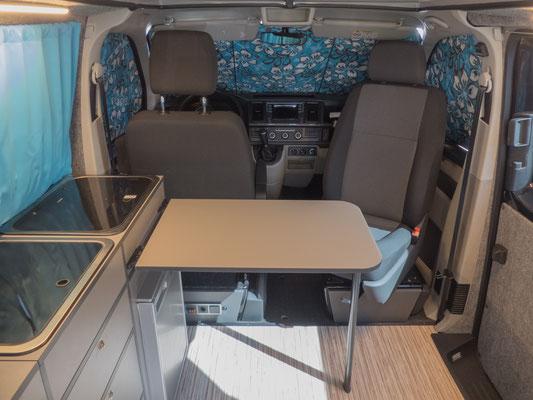 Drehbarer Beifahrersitz und verschiebbarer Tisch