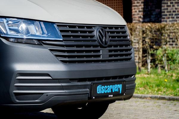 Schwarzes VW Emblem und schwarze Zierleisten des Black Edition Pakets