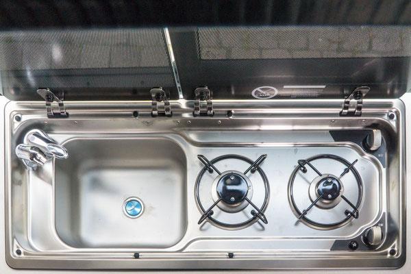 Zweiflammen-Gaskocher und Spüle im Edition Modell