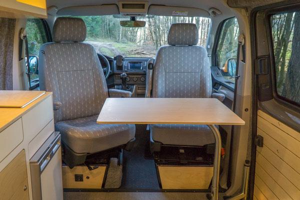 Schwenktisch in Position für die Nutzung der beiden Fahrerhaussitze