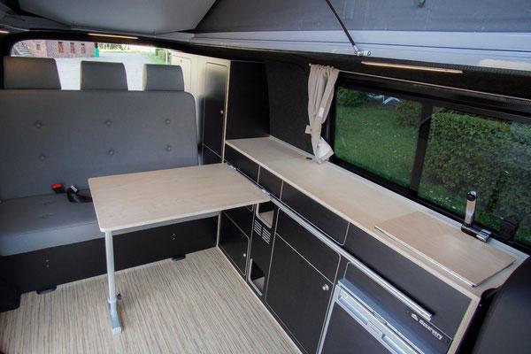 Der 40 cm größerer Wohnraum des VanBUS im langen VW T6