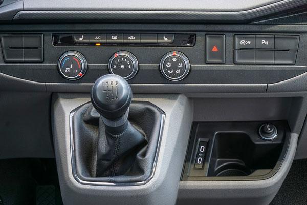 """Bedienteil der halbautomatischen Klimaanlage """"Climatic"""" im neuen T6.1 Facelift"""