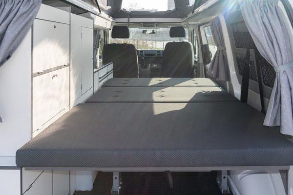 Großes Bett unten mit einer Liegefläche von ca. 190 x 130 cm! Ca. 15 cm breiter als im VW California!