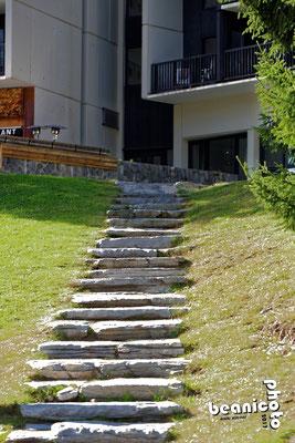 Escalier vers la résidence de la Forêt à Flaine