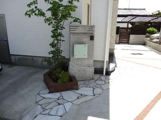 石製門柱とシンボルツリー