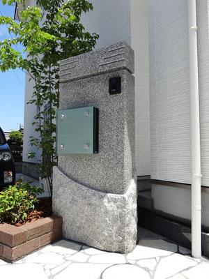 石製門柱にポストとインターホンを設置