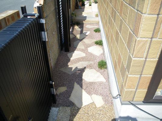玄関までの通路 板石と樹脂仕上げ