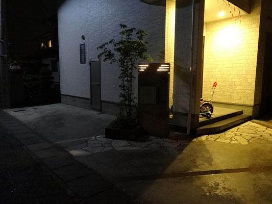 門柱上部にすかしを入れ中にライトを設置