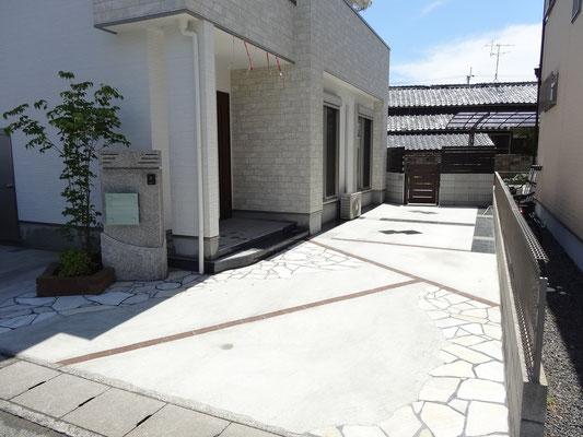 玄関~駐車スペース 板石乱張り 土間コンクリート
