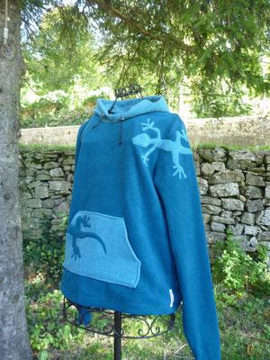 "Pull capuche ""La salamandre voit la vie en bleu ..."""
