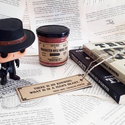 Die Kerze zu meinem Western riecht sehr eigen und scharf nach Bourbon. Das Etikett ist einer originalen Munitionsschachtel nachgebaut!