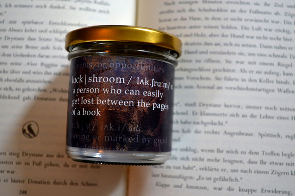 Ein kleiner Scherz mit dem Wort 'Glückspilz', das es im Englischen nicht gibt. Nun ja, jetzt schon, denn ich habe kurzerhand Luck und Mushroom kombiniert *gg* Der Duft ist eine Mischung aus Schokolade und Vanille!