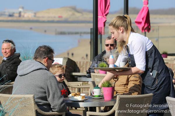 Uit de wind en in de zon was het heerlijk om even op een terrasje te gaan zitten