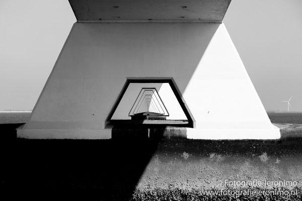Een blik tussen de pilaren van de Zeelandbrug
