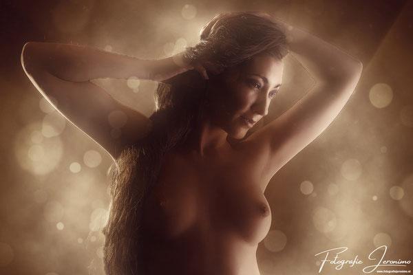 Erotische naaktfotografie -  Fotografie Jeronimo Roosendaal Brabant - Arms wide