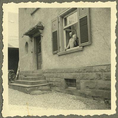 Georg und Rosa Walzer im Jahre 1943 blicken aus dem heutigen Ritterzimmer.