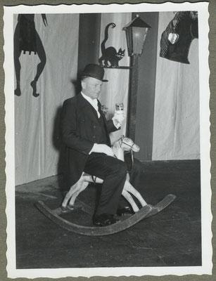 Otto Zahner auf der Kenzinger Fasnet in der alten Turn- und Festhalle am Kappenabend 1954.