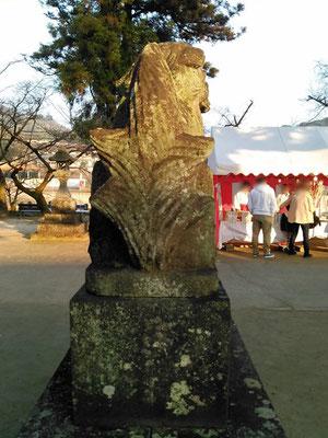 與止日女神社の狛犬【吽形】後ろの写真
