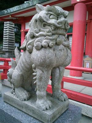 赤間神宮の狛犬02番【吽形】斜め前から撮影した写真
