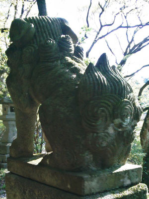 湊川社の狛犬【吽形】後ろから撮影