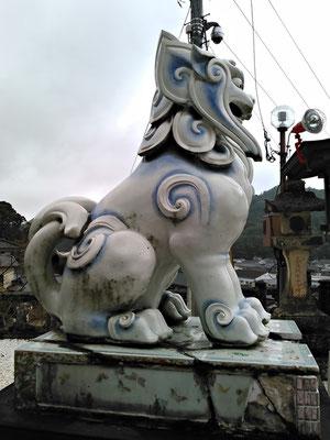 陶山神社の狛犬04番【阿形】横の写真(拝殿側から撮影)
