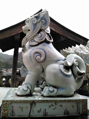 陶山神社の狛犬04番【吽形】横の写真(拝殿側から撮影)