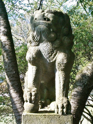 湊川社の狛犬【吽形】正面の写真