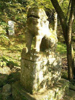 湊川社の狛犬【阿形】全体像の写真