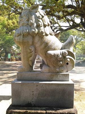 與止日女神社の狛犬【吽形】横の写真(拝殿側から撮影)