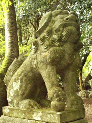 湊川社の狛犬【吽形】横から撮影
