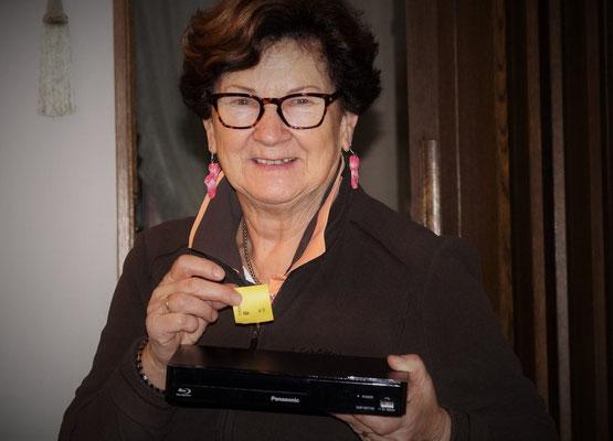21.12.15 / TOMBOLA AUF DEM SCHÜLKE HOF Hauptpreisübergabe Blu-Ray-Player - an Frau Knodel, Ochsenbach