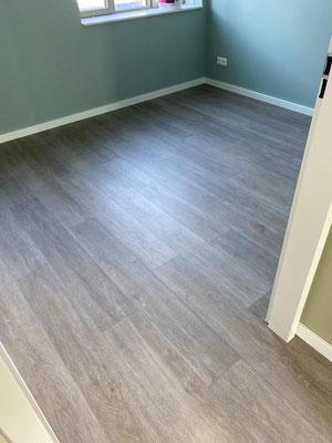 De PVC Expert legt deze pvc-vloer doorlopend. De vloer is afgekit in de deurkozijnen