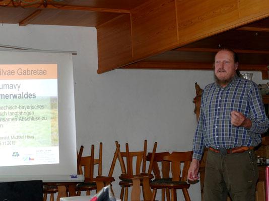 """Wolfgang Diewald stellt einige Ergebnisse des Projekts """"Die Flora des Böhmerwaldes"""" vor. Foto: Norbert Ephan"""