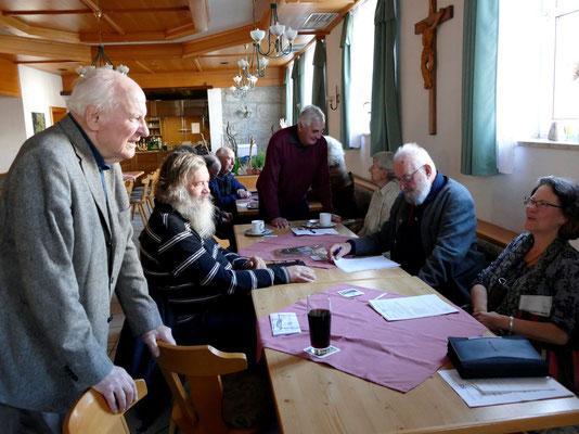 Der Ehrenvorsitzende Rudolf Sturm begrüßt einige Teilnehmer. Foto: Norbert Ephan