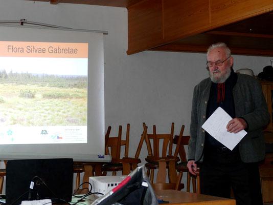 """Michael Haug gibt eine Einführung in das Projekt """"Die Flora des Böhmerwaldes"""". Foto Norbert Ephan"""