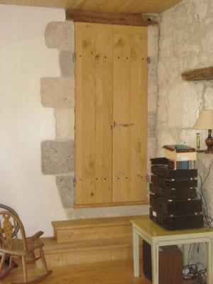 Portes intérieures en bois de cèdre.