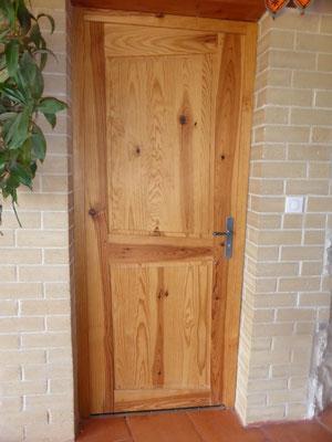 Porte intérieure en bois de pin maritime.