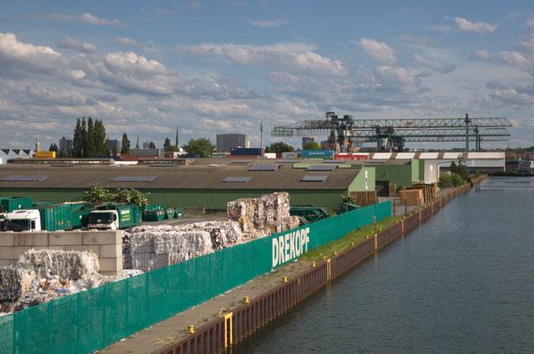 Blick nach Süden über den Kanalhafen,das Containerterminal auf die skyline Dortmunds.